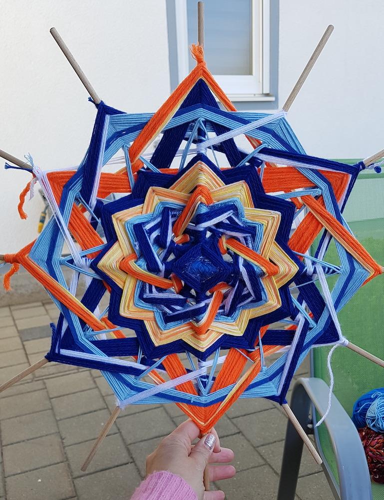 Kreativ mit Mandala in Arbeit