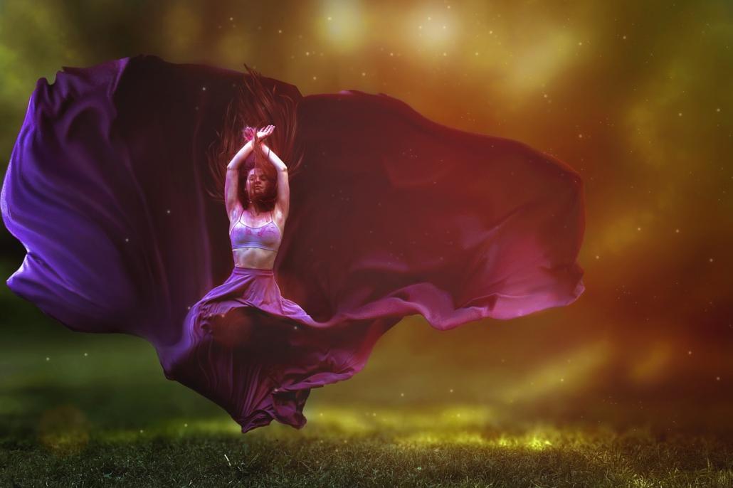 Tanzende Frau in der Luft, Maya Shakti Tanz