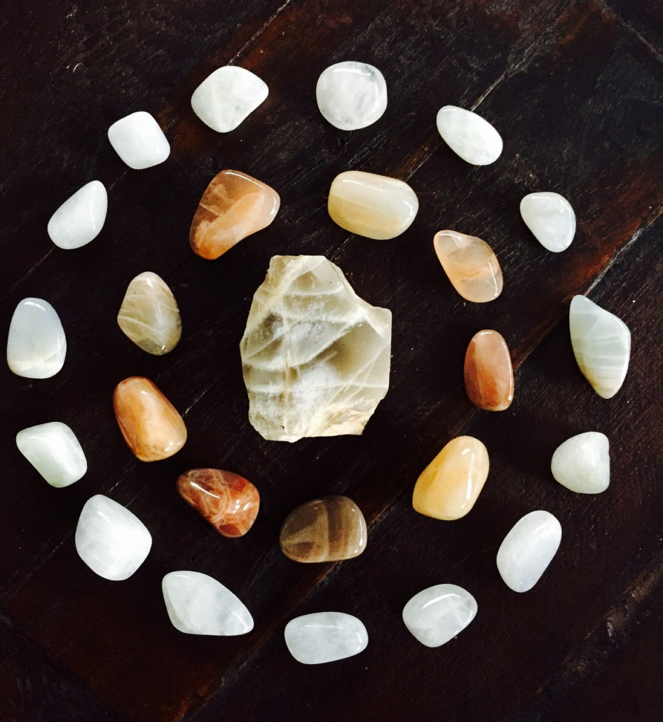 Kreativ mit Mandala, Symbolik der Mondsteine